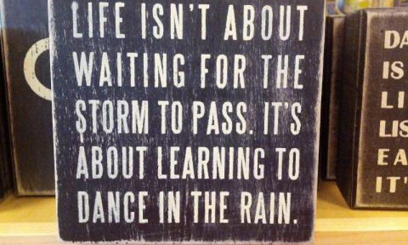 英語脳メルマガ 第02364号 Life isn't about waiting for the storm to pass…It's about learning to dance in the rain の意味は?