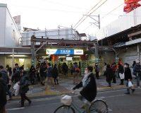 英語脳メルマガ 第03003号 With its bohemian vibe and laid-back atmosphere, the area smacks of urban modern cool の意味は?