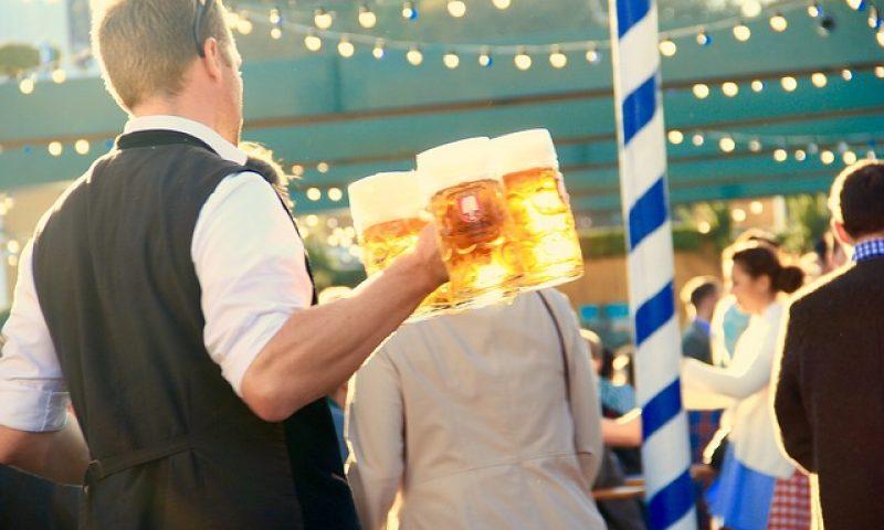 英語脳メルマガ 第03002号 Today, as a waiter, I was bringing drinks to a table that included a 3-month-old baby の意味は?