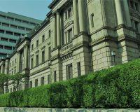 英語脳メルマガ 第03860号 Going against a central bank is an investment strategy fraught with peril. の意味は?