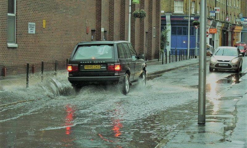 英語脳メルマガ 第03898号 Today, I was walking to work when it was starting to pour down sideways. の意味は?