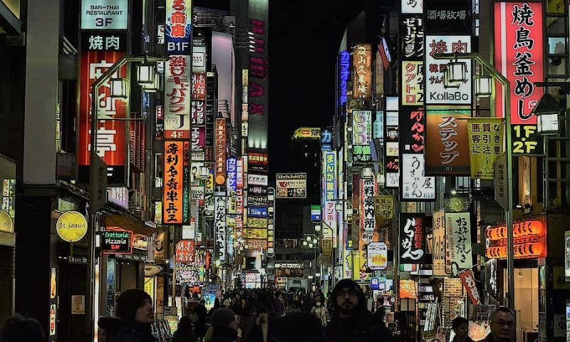 英語脳メルマガ 第04103号  Japan's vibrant dining scene, from tapas style izakaya pubs and restaurants… の意味は?